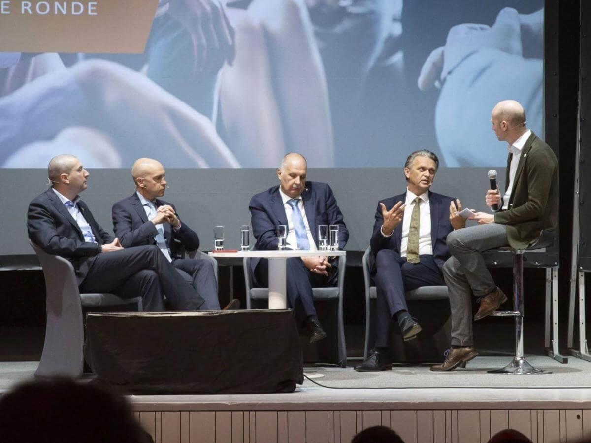 La question du remplacement des anciennes installations de chauffage était au cœur du débat, de g. à d. : Jan Lhoëst (Techlink), Steven Van Caekenberghe (gas.be), Werner Neuville (Cedicol), Willem Voets (Informazout) et Bjorn Crul (modérateur).